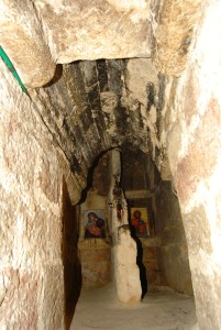 Pestera in care a vietuit Sf Nicolae (sub biserica actuala)